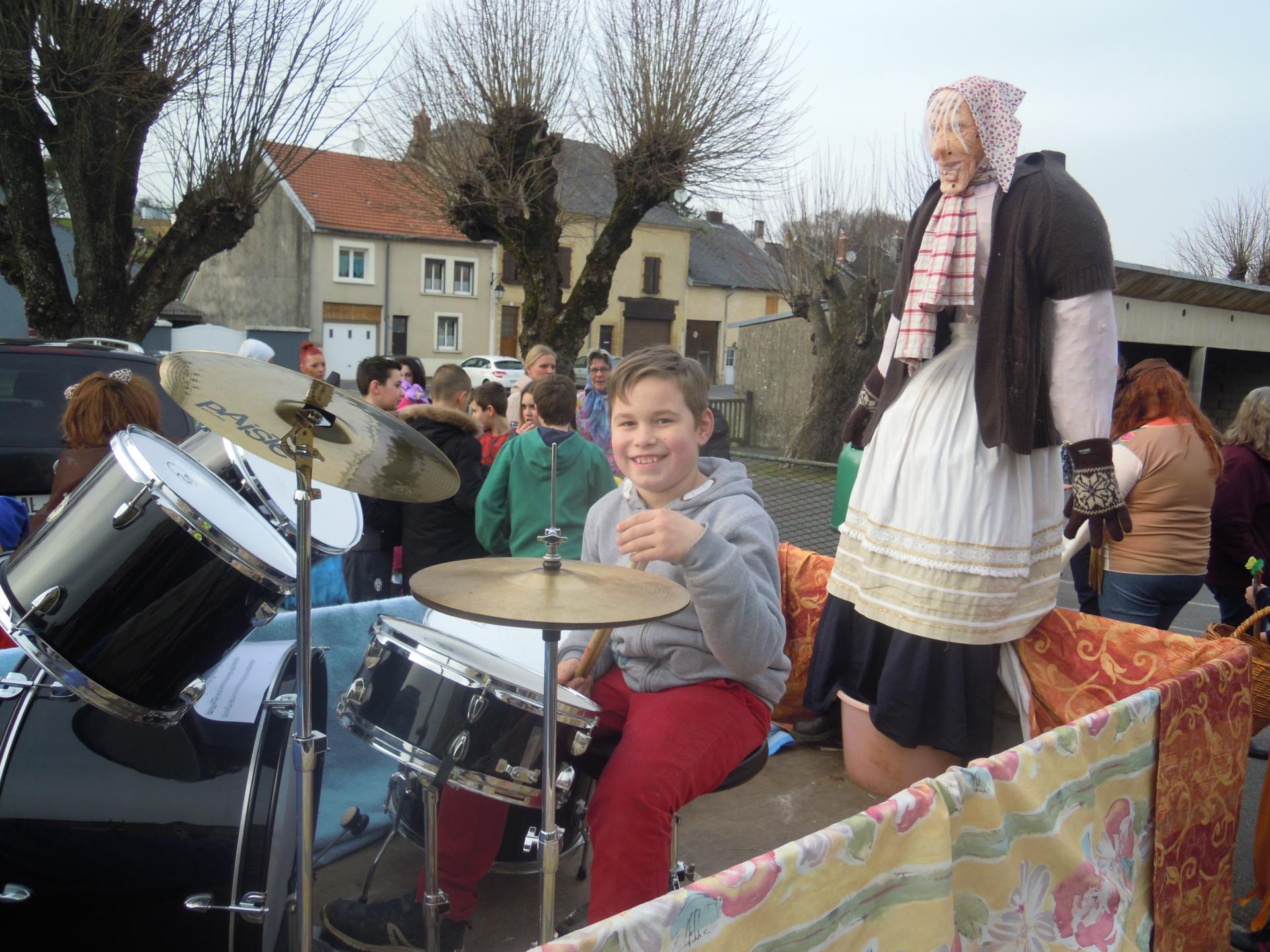 Bécassine 1ère accompagné d'un jeune musicien